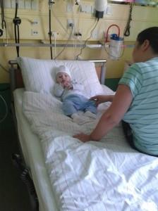 Curajosul Matei inainte de a intra in sala de operatie